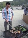炭火で骨付き鳥を焼きます.JPG
